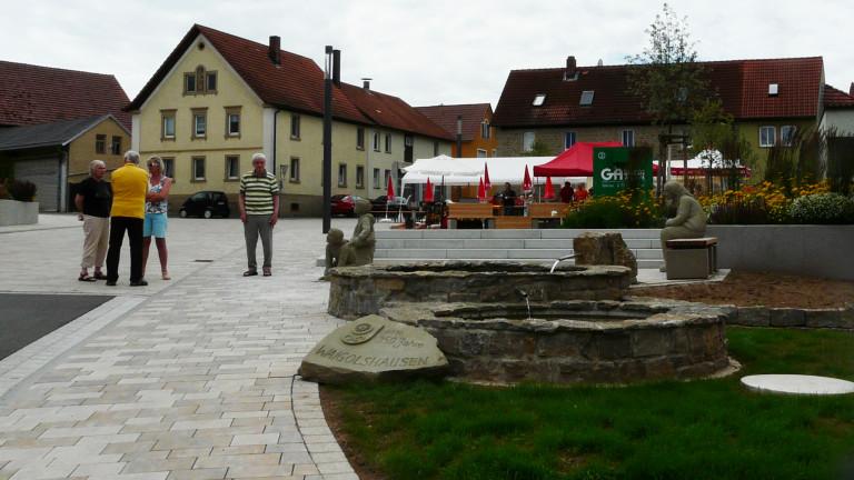 Bild 8 Dorfbrunnen mit Figuren am Rathaus